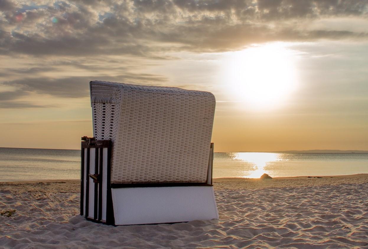 Strandkorb und Sonnenuntergang